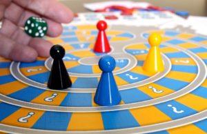 5-juegos-divertidos-para-fiestas-de-comunion-en-madrid-mesa